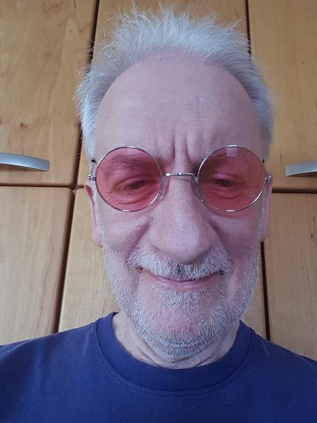 Das ist doch nicht John Lennon?! Aber die Brille, die ist doch wie seine.